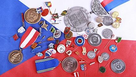 Odznaky, mince, medaile, vyznamenání, klíčenky