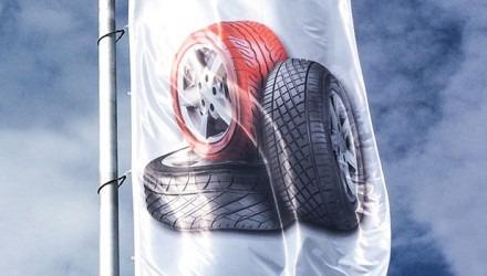 Venkovní reklamní vlajky pro automobilky