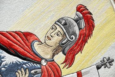 Detail der Stickerei auf der historischen Fahnenreplik von Kostolany