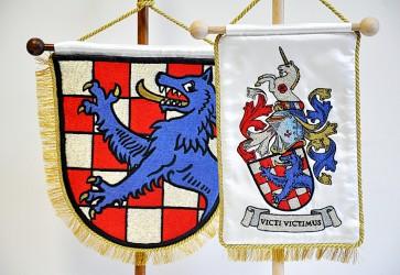 Beispiel für die Anfertigung eines persönlichen Wappens, Detail einer Tischflaggenstickerei mit persönlichem Wappen