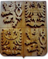 Handgeschnitztes Wappen der Tschechischen Republik in dunkler Ausführung