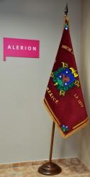 An zweiteiliger Basisstange mit Beschlag aufgehängte Fahne