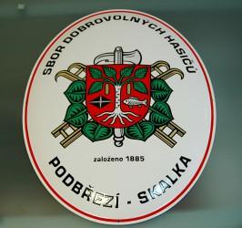 Ovale emaillierte Feuerwehrtafel mit dem Logo des Verbands der Feuerwehren von Böhmen, Mähren und Schlesien (SH ČMS) und dem Gemeindewappen