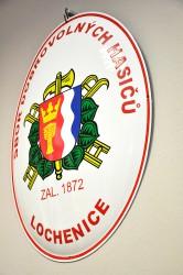 Emailliertes Oval mit dem Wappen der Gemeinde/der Stadt und mit dem Vereinsnamen