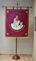 Eine Hinterseite einer bestickten Feuerfahne mit St. Florian
