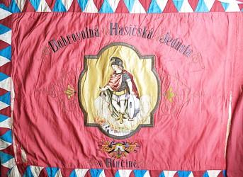Originalfahne des Freiwilligen Feuerwehrvereins (SDH) Blučina mit St.-Florian-Stickerei, 1906