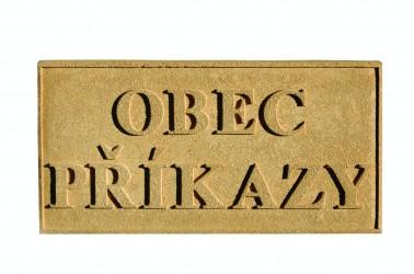 Tafel aus Sandstein mit dem Namen der Gemeinde/Stadt