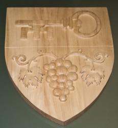 Kundenindividuelle Auftragsproduktion von handgeschnitzten Wappen