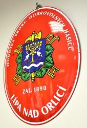 Emailliertes Feuerwehroval mit Vereinswappen und -namen und mit Gründungsdatum