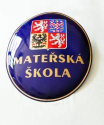 Emailliertes Oval mit dem großen Staatswappen der Tschechischen Republik und dem Namen der Institution