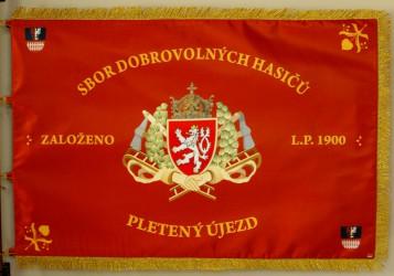 Bedruckte Fahne des Freiwilligen Feuerwehrvereins (SDH) Pletený Újezd, Vorderseite