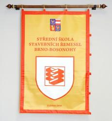 Beidseitig bedruckte festliche Fahne aus Satin der Berufsschule für Bauberufe (SŠSŘ) Brno – Bosonohy