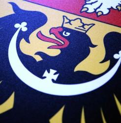 Detail eines Wappens aus Kunststoff