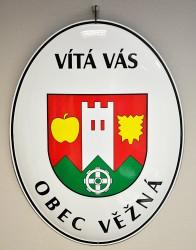Weißes emailliertes Begrüßungsoval der Gemeinde Věžná