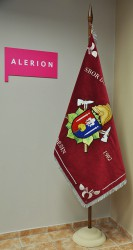 An Basisstange aufgehängte Fahne