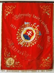 Historický prapor DHZ Pezinok s výšivkou slovenského znaku