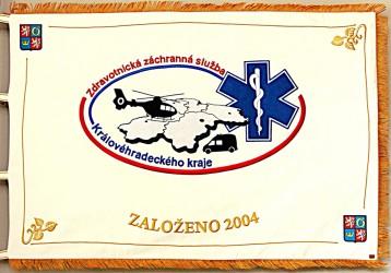 Ukázka vyšívaného praporu pro zdravotnickou záchrannou službu Královéhradeckého kraje