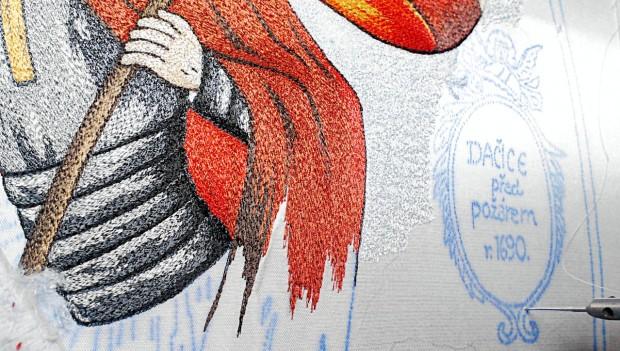 Die Tinte, mit welcher die Stickerinnen das Motiv in die Feuerwehrfahne stechen, verfügt über eine geheime Rezeptur