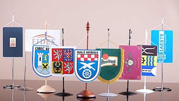 Stolní vlaječky s vlastní grafikou a stojánky
